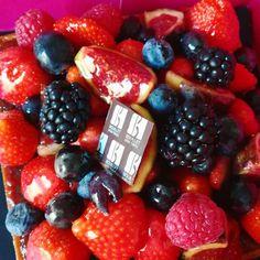 Une délicieuse tarte aux fruits rouges pour illustrer le challenge photo de @flowmagazine_fr !  #flowpetitsplaisirs #flowmagazine #challengephoto #jour12 #rouge #red #fruitsrouges #fruits #framboises #fraises #mures #myrtille #groseille #dessert #foodporn #instadessert #dessertlovers #gourmandise #strawberry #raspberry #blueberry #berry #pie #pielover #5fruitsetlegumesparjour #instamiam