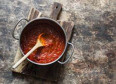 Deze pepperonisaus hebben wij standaard in zakjes in de vriezer liggen. Lekker op een pizza, bij kip of karbonades of als pastasaus bijvoorbeeld.