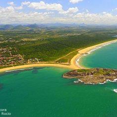 Praia de Setibão e ao fundo lagoa Caraís, conhecida como lagoa Coca-Cola, que fica no parque estadual Paulo César Vinha.
