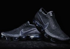 Nike is now preparing the future of his footwear section and unveils the first collaboration for the Vapormax with the CDG x Nike Vapormax. Black Nikes, Nike Men, All Black Sneakers, Sneakers Nike, Nike Waffle Racer, Footwear, Nike Outfits, Rei Kawakubo, Nike Air Vapormax