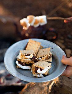 Wat is nou lekkerder as om rondom die vuur te sit en malvalekkers te braai? Recipes With Marshmallows, Roasting Marshmallows, Braai Recipes, South African Recipes, Summer Treats, Frozen Yogurt, Sweet Recipes, Sweet Tooth, Sweet Treats