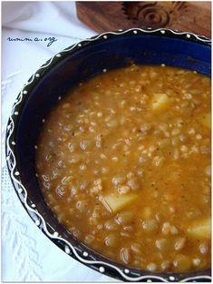 …………………..  İster yemek ister çorba olarak servis yapabileceğiniz ,hem besleyici hem lezzetli mercimek bulgur ve patates üçlüsü.. Mercimeklerinizi önceden bir miktar ıslatırsanız dağılmadan pişirebilirsiniz.. Malzemeler: 8 su bardağı etsuyu veya su 2 su bardağı yeşil mercimek 1 çay bardağı bulgur 1 büyük patates 1 yemek kaşığı salça 1 adet soğan 1 yemek kaşığı tereyağ …