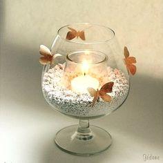 Photophore avec des papillons perforés dans de la bande de papier kraft gommé