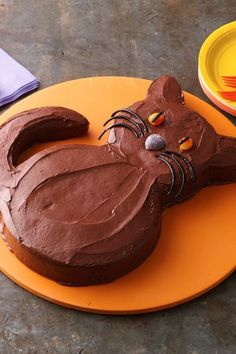 Black Cat Cake Our rich chocolate Halloween Black Cat Cake gets a spooky spin thanks to black licorice and yellow eyes. This cat is completely sweet, thanks to Betty Crocker devil's food cake mix and store-bought chocolate frosting. Dulces Halloween, Dessert Halloween, Halloween Cakes, Halloween Treats, Easy Halloween, Halloween Party, Cupcakes, Cupcake Cakes, Chocolat Halloween