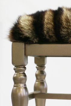 Fur coat recycled onto benchhow about fur coat recycled pillows Rental Decorating, Interior Decorating, Fur Decor, Fur Pillow, Cool Furniture, Furniture Upholstery, Soft Furnishings, Home And Living, Diy Design
