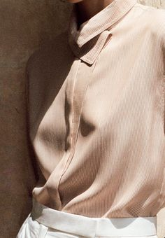 Hermès - Vestiaire d'été 2015. Asymmetric collar shirt in gingerbread brown striped silk, carrot cut trousers in white cotton poplin. #hermes #hermesfemme #womenswear #fashion