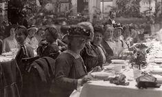 Vrouwenkiesrecht. Diner in Krasnapolsky tijdens de betogings bijeenkomst voor vrouwenkiesrecht. De derde persoon (met hoedje) is dr. Aletta Jacobs. Amsterdam, 1916.