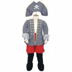 Welke jongen wil zich niet verkleden als stoere piraten kapitein. Een mooi grijs jasje met gouden versieringen, een rode broek met daaraan vast zwarte laarzen met gouden gespen. De bijpassende hoed maakt deze outfit compleet.