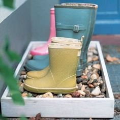 Erica Brand posted diy pebble boot tray to her -For the home- postboard via the Juxtapost bookmarklet. Outdoor Projects, Home Projects, Home Crafts, Do It Yourself Inspiration, Diy Inspiration, Sweet Home, Shoe Tray, Shoe Box, Ideas Geniales