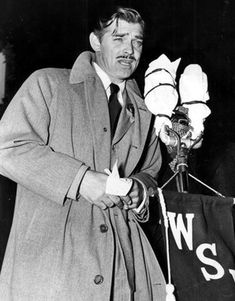 1939 - Atlanta, Ga: Clark Gable at the microphone addressing the crowd on the WSB radio platform in front of the Georgian Terrace Hotel on Peachtree Street. Popular Actresses, Actors & Actresses, Old Movies, Great Movies, Hollywood Actor, Classic Hollywood, Radios, Jack Benny, Today Pictures
