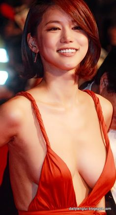 Oh In-Hye was a little known South Korean actress until she dawned a red plunging neckline dress and walked the red carpet at the Busan International Film Festival (BIFF). Photos of her amazing sideboob exploded across the globe. Korean Beauty, Asian Beauty, Busan, Asian Woman, Asian Girl, Low Cut Dresses, Grecian Goddess, Young Models, Korean Women