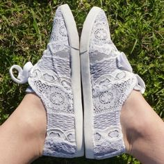 DIY Lace Sneakers by Dream a Little Bigger via Emily Soppe. Could also use coloured lace on black. Pretty Shoes, Cute Shoes, Me Too Shoes, Diy Lace Sneakers, Look 2015, Do It Yourself Fashion, Clutch, Diy Clothing, Diy Fashion
