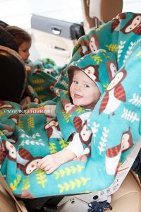 Car seat cover! Did you know you're not supposed to put the baby in the car seat in puffy winter jackets and bulky clothes? Click through to learn about this easy car seat poncho from the Lil Mamas! #safety #carseat