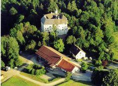 Das Schloss Amerang ist unter anderem jedes Jahr Austragungsort von einem Gartenfest, Sommerkonzerten, dem Ritterfest und der vorweihnatlichen Schlossweihnacht.