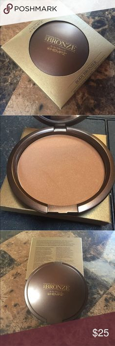 HEMPZ BRONZER😍 NEW IN BOX New Hempz So Bronze Compact Body Bronzer, Shimmer Bronze, 0.70 Ounce   Product Description Transform your skin with this SoBronze Body Bronzing Powder to create a gorgeous sun-kissed glow. Touch up tan lines, uneven spots, and hard-to-tan places, simply use wherever you need a little bronze without looking chalky. Formulated with Pure Natural Hemp Seed Oil which helps to reduce dryness leaving your skin look flawless anytime with a shimmering summertime glow! HEMPZ…