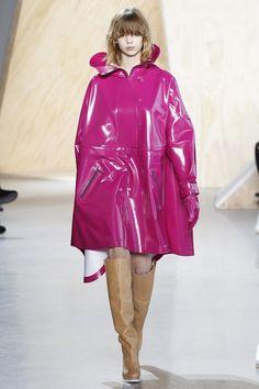Lacoste - Cappotto in vinile rosa e stivali al ginocchio