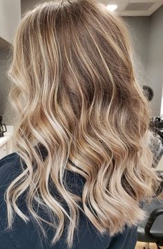 Natural brown root with a blonde highlight/balayage Brown Hair With Blonde Balayage, Blonde Hair Shades, Blonde Hair Looks, Hair Color Balayage, Caramel Hair With Blonde Highlights, Blonde Hair Light Brown Roots, Natural Blonde Hair With Highlights, Brown Hair Dyed Blonde, Natural Looking Highlights