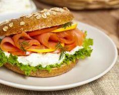 Sandwich scandinave au saumon fumé, aneth et citron, sauce au yaourt : http://www.fourchette-et-bikini.fr/recettes/recettes-minceur/sandwich-scandinave-au-saumon-fume-aneth-et-citron-sauce-au-yaourt.html