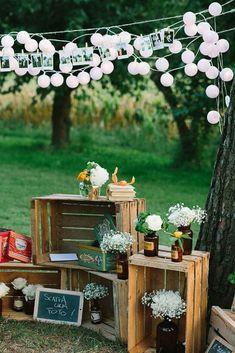 outdoor wedding decoration ideas with wood pallets outdoor hochzeitsdekoration ideen mit holzpaletten Wooden Crates Wedding, Pallet Wedding, Diy Wedding, Wedding Reception, Rustic Wedding, Wedding Flowers, Wedding Ideas, Trendy Wedding, Decor Wedding