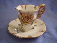 Šálek na kávu * bílý porcelán zdobený zlatem a malovanými žlutými růžemi.