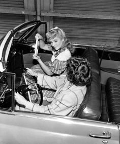 Elizabeth taylor learning to drive her car she won on her birthday Golden Age Of Hollywood, Vintage Hollywood, Hollywood Stars, Sunday Night Movie, Learning To Drive, She Movie, Elizabeth Taylor, Best Actress, Old Movies