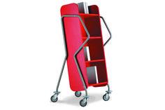 Gebaseerd op een ergonomisch concept met handgrepen op variabele grijphoogte en wielen met een zacht loopvlak laat de crossrunner zich zonder inspanning manoeuvreren en rijden, ongeacht de lengte van de gebruiker en de belasting. De vier achteroverhellende legborden, geplaatst op een gebruiksvriendelijke hoogte, garanderen een veilige en makkelijk herkenbare opslag van de boeken. Door zijn aantrekkelijk ontwerp kan de boekenwagen ook dienst doen voor het plaatsen van aanwinsten of pas…