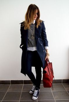 Classic trench coat outfit with layering Navy Trench Coat, Trench Coat Outfit, Trench Coats, Cozy Winter Outfits, Fall Outfits, Casual Outfits, Winter Office Outfit, Looks Style, Casual Looks