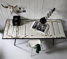 Skrivebord af fyldningsdør m. glasplade og sortbejsede kantlister.  Fra genbygdesign.dk