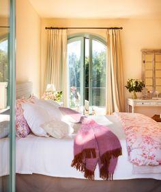Dormitorio en color beige con toques de rosa