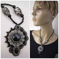 Halskette mit Perlenstickerei Anhänger Schwarz und von BeadFizz