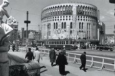 昭和27(1952)年の数寄屋橋、長野重一写真集『東京1950年代』よ。橋を渡る都電の向こうにそびえ立つ日劇の壁面には「春のおどり」とマキノ雅弘監督の東宝映画『おかる勘平』(昭和27年3月21日封切)の看板。藤田加奈子(@foujika)さん   Twitter