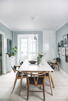 Light blue walls makes a great contrast for the dark wooden chairs. A mix that includes the classic wishbone chair by Wegner. Dining Room Blue, Dining Room Walls, Dining Room Lighting, Living Room Chairs, Light Blue Houses, Light Blue Walls, Interior Wall Colors, Interior Design, Blue Wall Decor