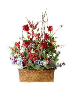 www.carolinabouquet.com base de ratán con rosas,acebo,pinsapo y motivos navideños