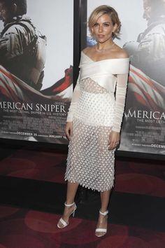 Eigentlich steht Weiß ja für Unschuld. Das ist aber das Letzte, was einem zu Sienna Millers Balenciaga-Kleid bei der Premiere von American Sniper einfällt. Der Traum in Weiß zeigt mit dem halb-transparenten Stoff und dem großem Carmen-Dekolleté nämlich viel Haut.