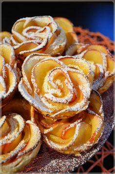 Jabłkowe różyczki w cieście francuskim Delicious Cookie Recipes, Yummy Cookies, Fruit Recipes, Sweet Recipes, Baking Recipes, Dessert Recipes, Coffee Dessert, Dessert Drinks, Polish Desserts