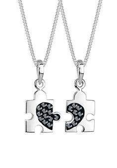 Wunderschönes Partner-Ketten-Set aus feinem 925er Sterlingsilber mit zwei ineinander passenden Puzzlestücken (je ca. 9x12 mm), auf die je ein halbes Herz aus Kristallen von Swarovski in JET, einem schönen Schwarz.  Produktdetails: Verschluss: Karabinerhaken, Gesamtanzahl Steine: 20, Steinschliff: Xilionschliff, Steinform: Rund, Steingröße: 1.5 mm, Steinart: Swarovski Kristalle, Höhe: 10mm, Brei...