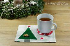 Mug Rugs kann man nie genug haben - finde ich. Als Zwischending zwischen Tassenuntersetzer und Tischset nehmen sie nicht allzu viel Platz weg und bieten doch genügend Platz, um neben der Tasse noch ein Paar Kekse oder zur Zeit eher Plätzchen abzulegen : ) Außerdem sind es perfekte kleine Weihnachtsgeschenke. Daher zeige ich euch im heutigen Tutorial, wie man ein weihnachtliches Mug Rug näht.  ...