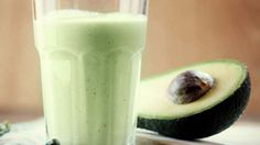 We love this smoothie because it is suitable for all diet types. The Vanilla Avocado Smoothie is a great example of harmonious nutrition when included in a healthy balanced eating plan. Avocado Smoothie, Protein Smoothies, Smoothie Proteine, Avocado Shake, Avocado Juice, Ripe Avocado, Avocado Butter, Vanilla Smoothie, Whey Protein
