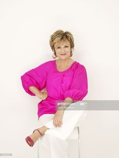 News Photo : Actress Julie Walters poses for a portrait shoot. Julie Walters, Actors & Actresses, Harry Potter, It Cast, Hairstyle, Poses, London, Portrait, News