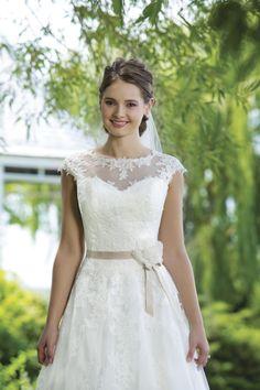 Taft en Tule, trouwjurk, bruidsjapon, kanten jurk, jurk met mouw, jurk aparte rug