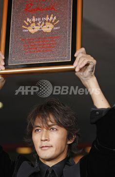 【11月20日 AFP】日本のロックユニット、B'zがハリウッドのギター・センターにあるロックの殿堂「ハリウッド・ロック・ウォーク(Hollywood's Rockwalk)」入りを果たすこととなり、19日に記念セレモニーが開催された。 Elegant Man, The Darkest, Handsome, Guys, It's Raining, Movie Posters, Film Poster, Sons, Billboard