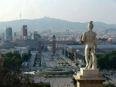 Blick vom MNAC auf den Font magica, die venezianischen Türme, Plaza espanya und den tibidabo mit Fernsehturm von Norman Foster