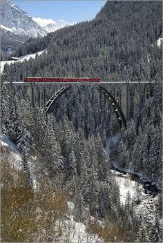 Arosa Zug auf dem Langwies Viadukt im Winter, Schweiz | Arosa Train at the Langwies Viaduct in Winter, Switzerland