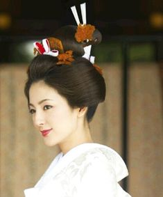 Japanese brides wear carefully styled wigs in Shinto weddings. These days, many Japanese couples do an intimate ceremony at a Shinto temple before a Western-style blowout at a Christian church. Japanese Couple, Japanese Geisha, Japanese Beauty, Asian Beauty, Japanese Lady, Japanese Wedding Kimono, Japanese Brides, Bridal Makeup, Wedding Makeup