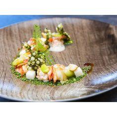 Een recept van chefkok Stefan van Sprang van twee Michelinsterren restaurant Aan de Poel dat ik vond in het blad Entree bij ons op kantoor: kreeft met kerriesiroop, macadamia en zilverui. Zeer char…