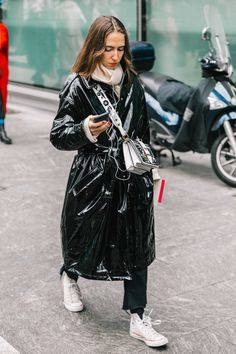 Oh lala who is that woman in vinyl black? Busy as usual photographer captured our fashion editor perfectly in her natural habitat during Milan Fashion Week for Vogue. Trench Coat Outfit, Raincoat Outfit, Effortlessly Chic Outfits, Vinyl Clothing, Campaign Fashion, Fashion Week 2018, Raincoats For Women, Rain Wear, Urban Fashion