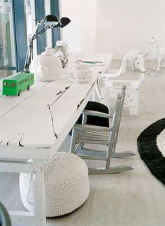 De tafels zijn oude Indiase markttafels waarvan de poten zijn verkort en zijn zo ideale werktafels voor kinderen.