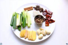 Retour à Taiwan avec son trésor national : le beef noodle! Poivre De Sichuan, Beef And Noodles, Celery, Asparagus, Vegetables, Voici, Recipes, Food, Dried Chillies
