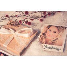 Grooooooße Polaroid Liebe gibt es heute auf dem Blog. Wo es das gibt und vor allem was man damit alles auf Hochzeiten anstellen kann könnt ihr jetzt nachlesen.  Und weil Weihnachten vor der Tür steht gibt es natürlich auch eine Kleinigkeit für euch ;-)  Danke an den Wichtel @photoloveprints #photoloveprints #polaroids #wedding #weddingblog #bridezillasbloggen by bridezillasbloggen