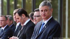 Von Markus Salzmann Die kroatische Regierungskoalition unter dem unabhängigen Pharma-ManagerTihomir Oreskovic ist nach nur vier Monaten zerbrochen. Vergangene Woche hat der Chef der rechtsgerichteten Kroatischen Demokratischen Union (HDZ), Tomislav Karamarko, Oreskovic das Vertrauen entzogen und die Koalition mit der rechtsliberalen Partei Most unter deren Chef Bozo Petrov platzen lassen. Da Oreskovic jedoch keinesfalls zurücktreten will, weiterlesen...